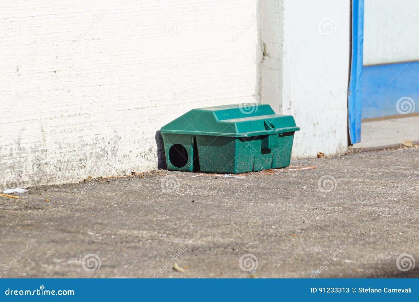 Gift tjaller fällaasken på golv nära väggen