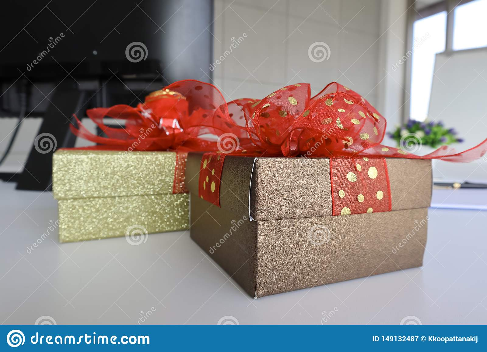 Gift twee boexes op het witte bureau