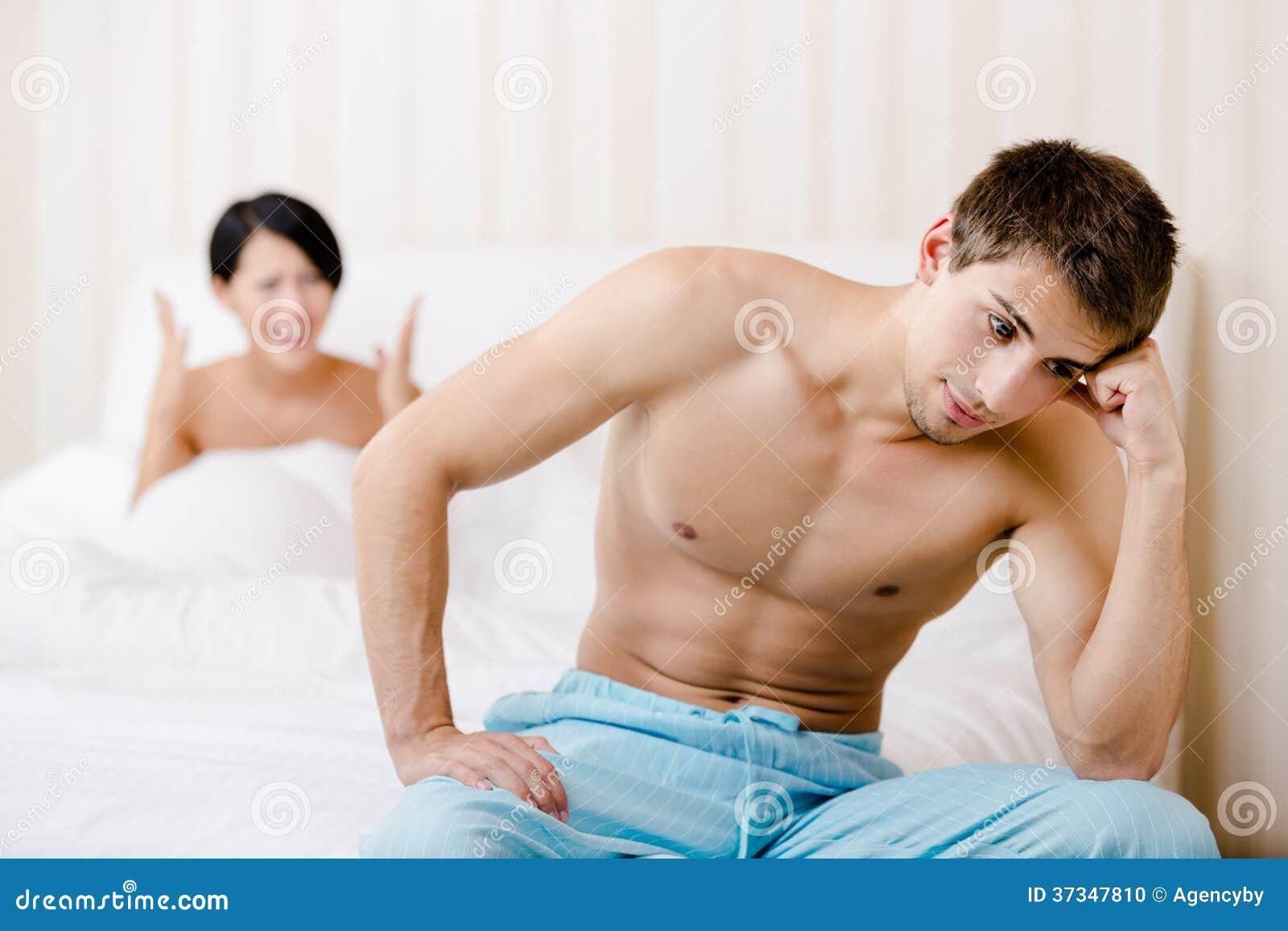 Gifta paret grälar i säng