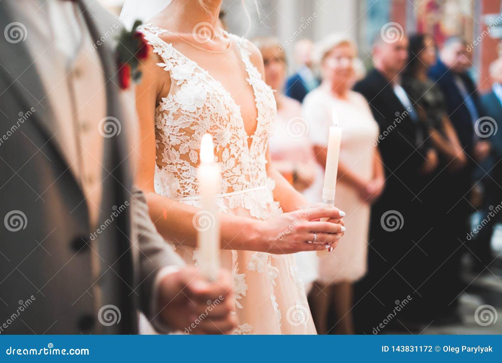 Gifta sig bidar par, och brudgummen får gift i en kyrka