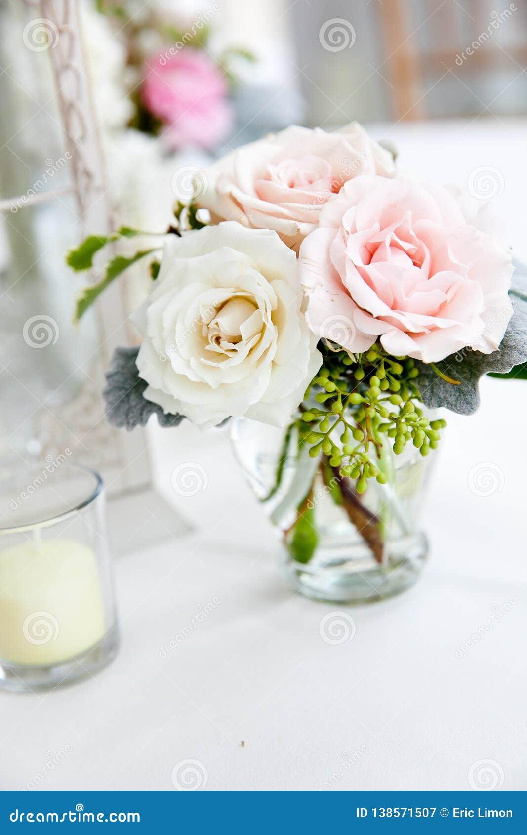 Gifta sig den rosa och vita buketten för tabellgarneringserie - av blommor i klara exponeringsglasvaser