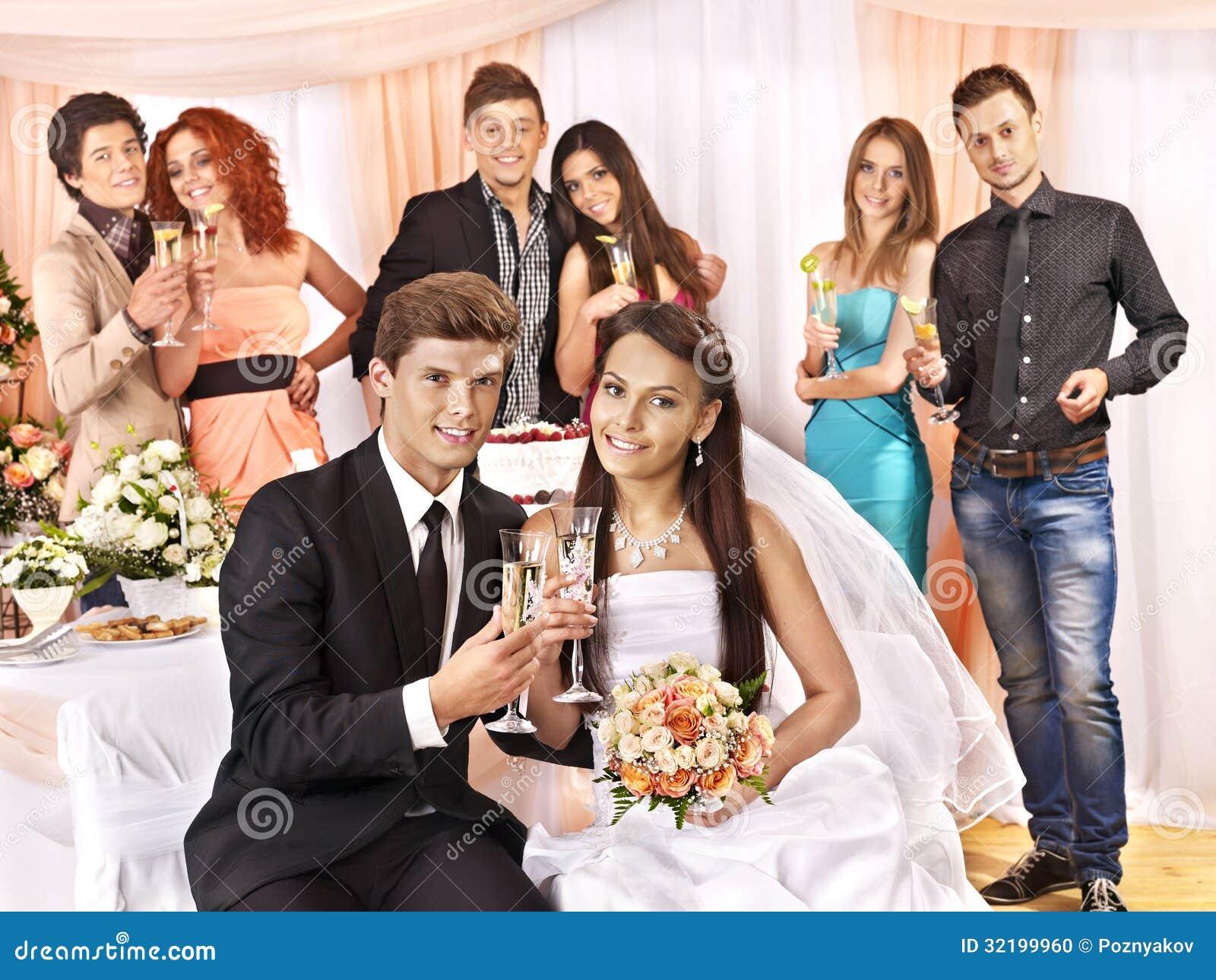Gifta sig par och gäster som dricker champagne.