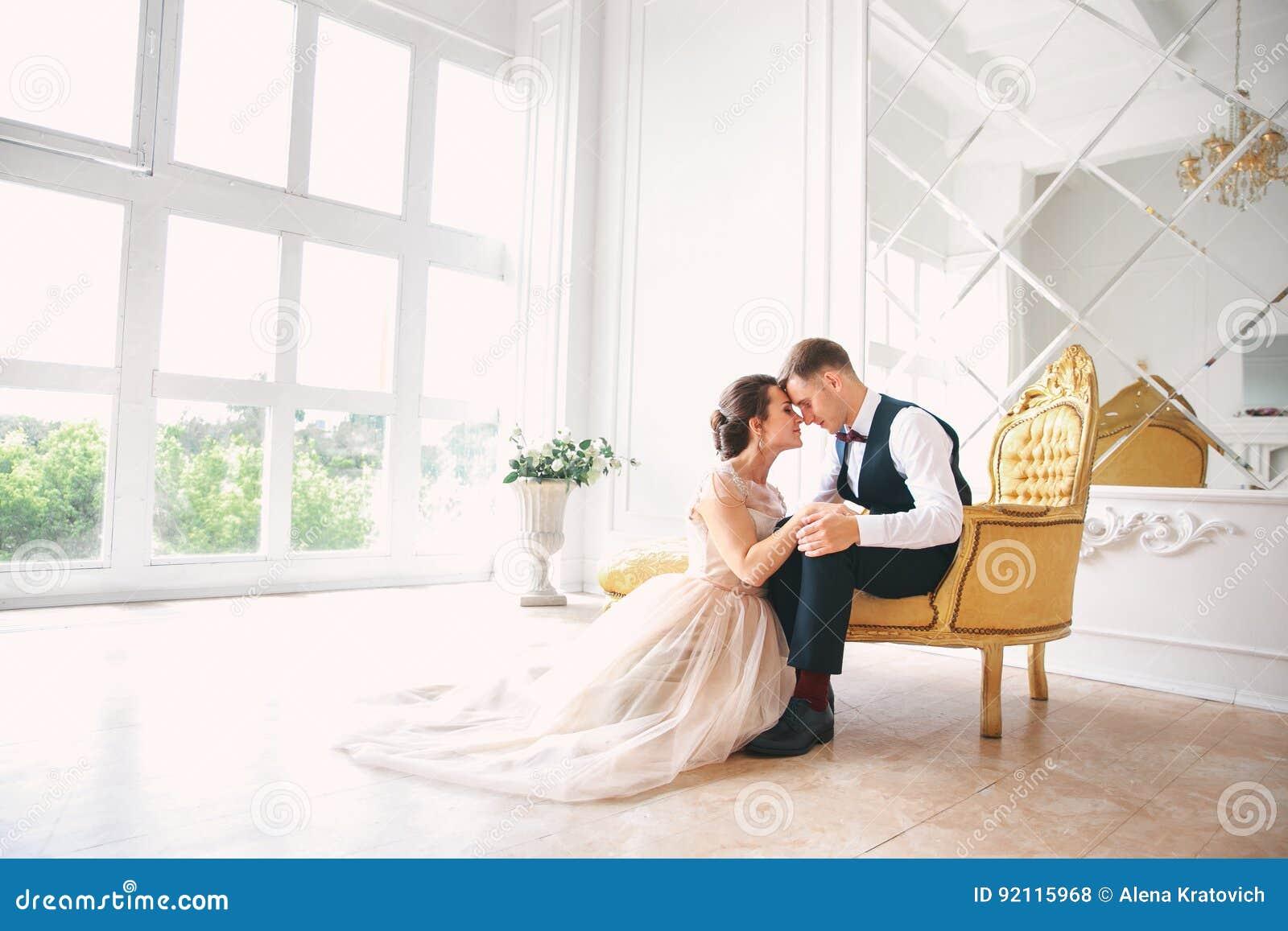 Gifta sig par på studion bröllop för tappning för klädpardag lyckligt Lycklig ung brud och brudgum på deras bröllopdag Gifta sig