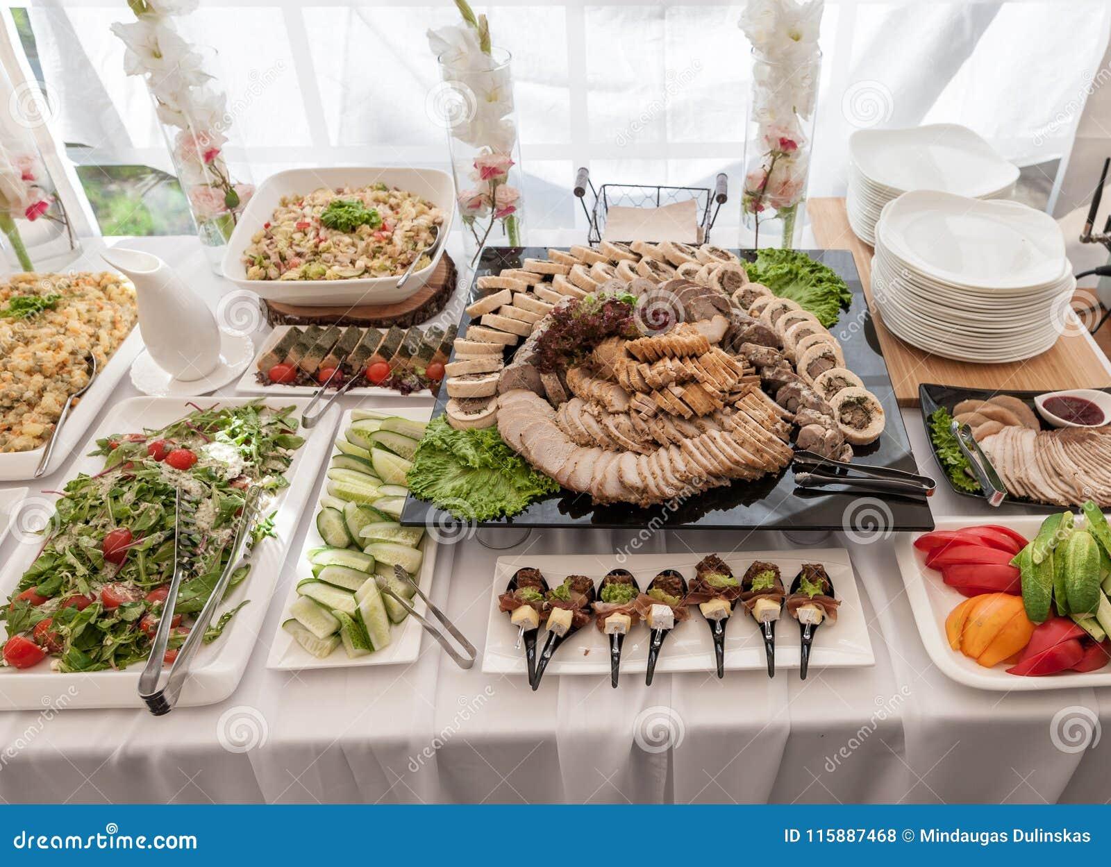 Gifta sig tabellen med mat Mellanmål och aptitretare på tabellen Fisk och rått kött med grönsaker Skivat baconkött