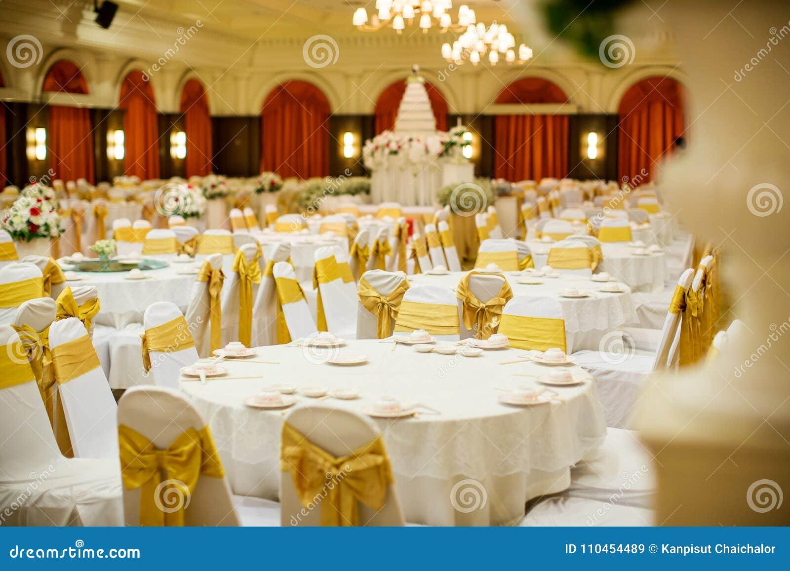 Gifta sig tabelluppsättningar i bröllopkorridor att gifta sig dekorerar förberedelsen