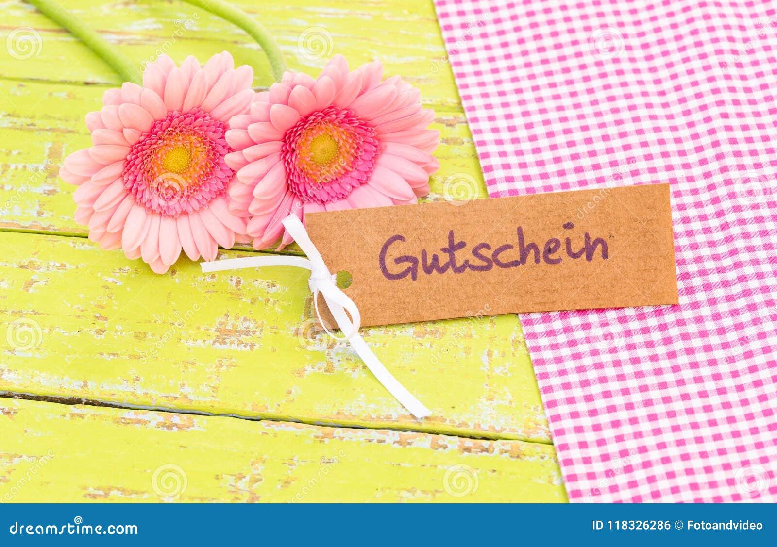 Giftmarkering met Duits woord, Gutschein, middelenbon of coupon en roze bloemen voor Valentine of Verjaardag