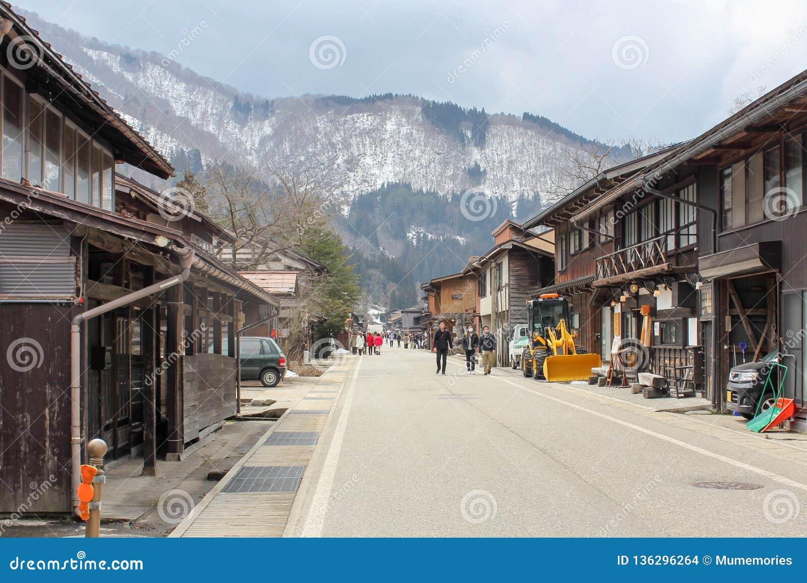 Gifu, Japonia: Mar 06 2016: Turyści podróżuje w gassho-zukuri wiosce, iść z el górą