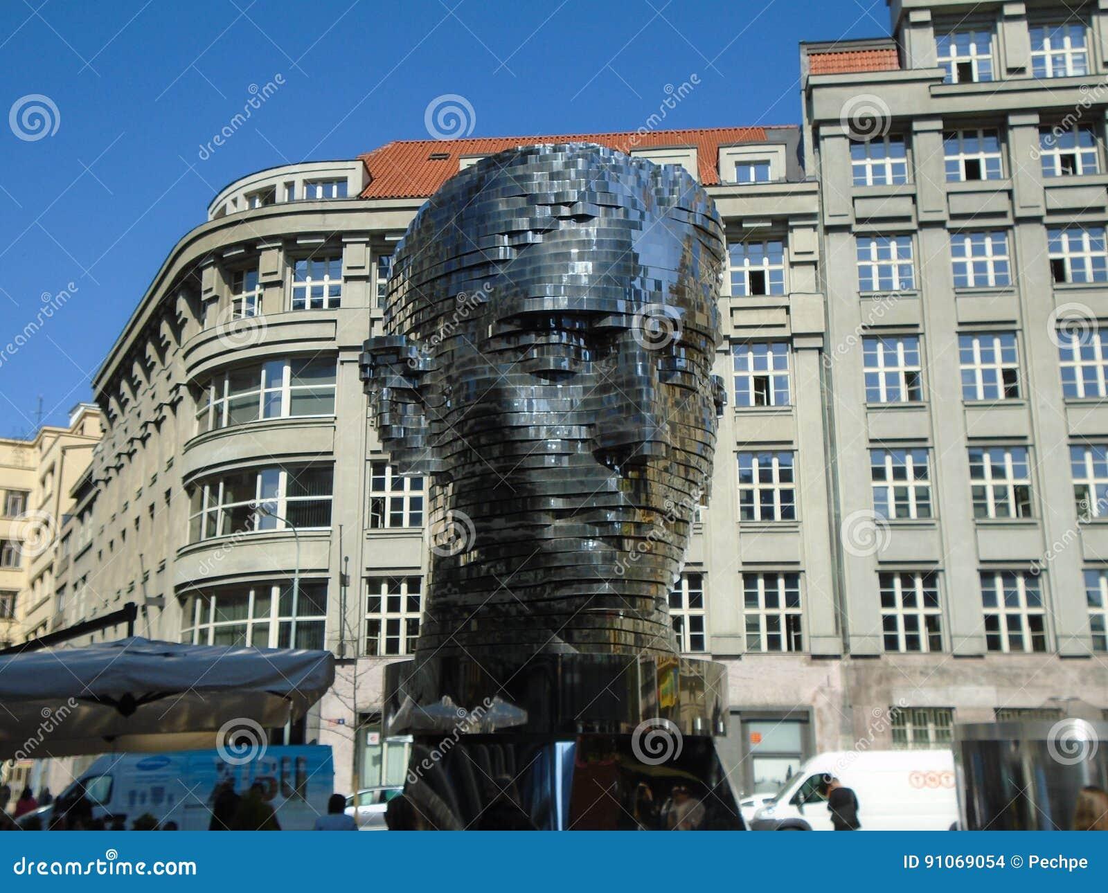 Gigantiskt mekaniskt huvud för Franz Kafka ` s