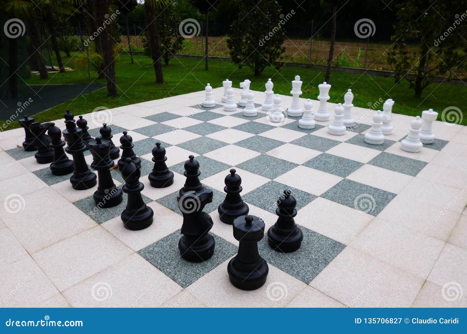 Gigantyczna szachowa deska w pięknym parku w Włochy