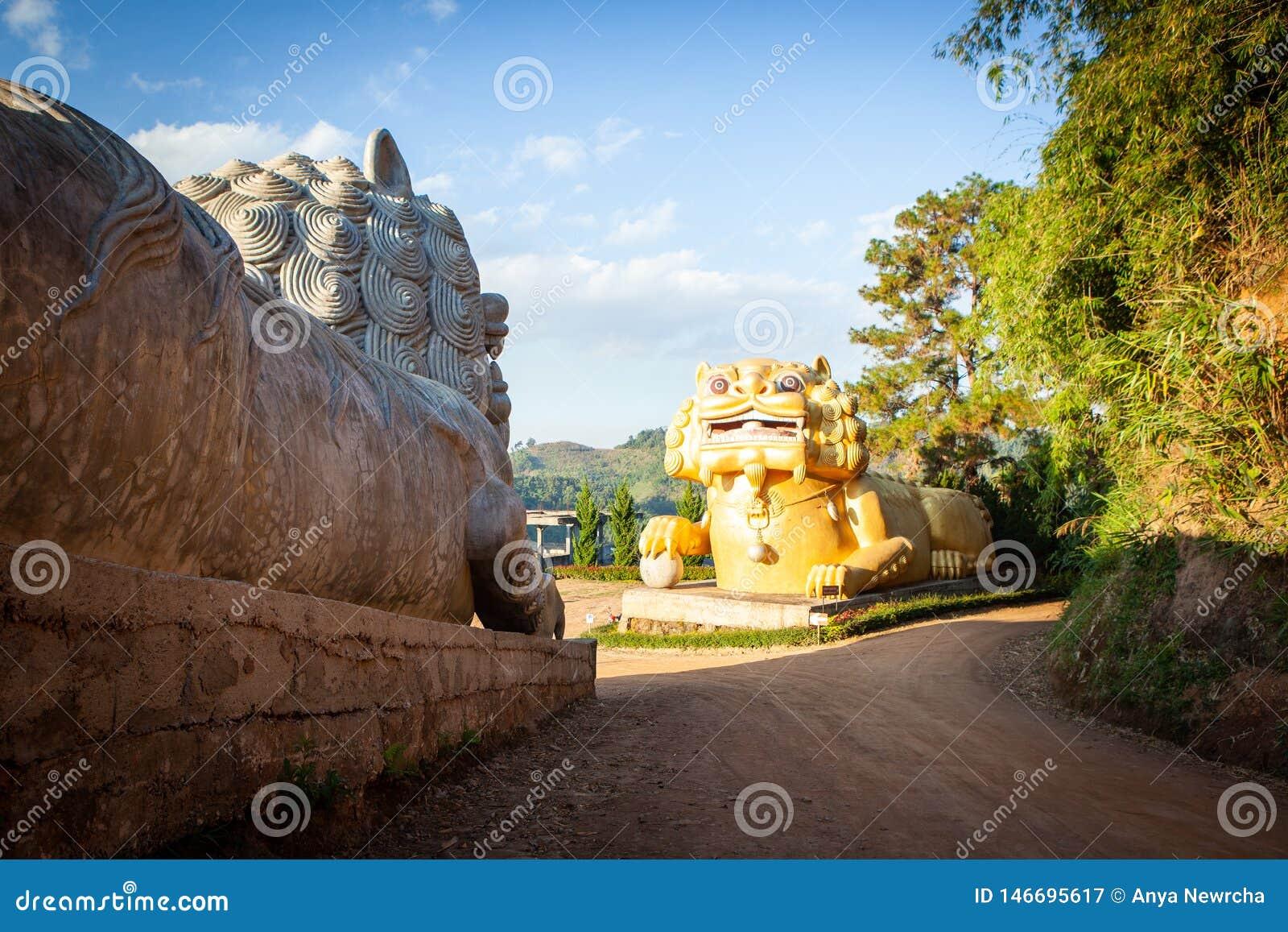 Gigantyczne chińskie lew statuy przy Wang Stawiają Tarn herbaty gospodarstwa rolnego Mae salong, Chiang Raja prowincja, Tajlandia
