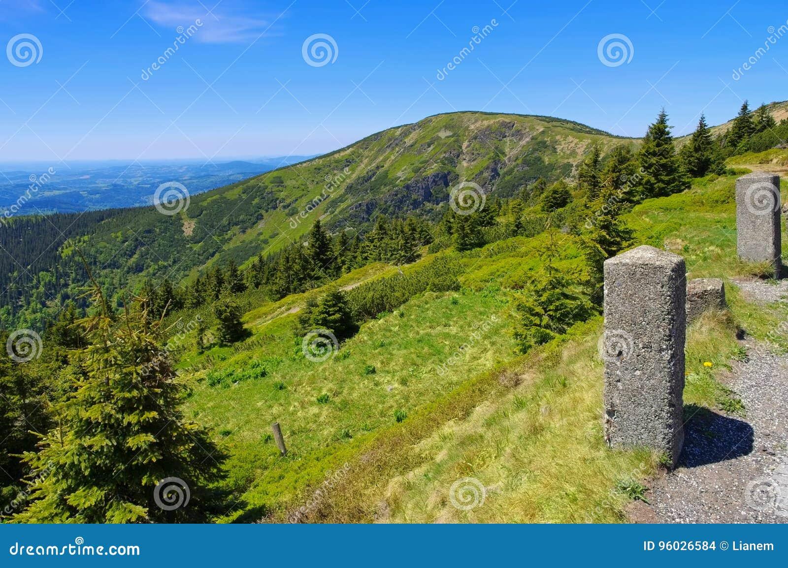 Gigantyczne góry zbliżają halnego Kesselkoppe