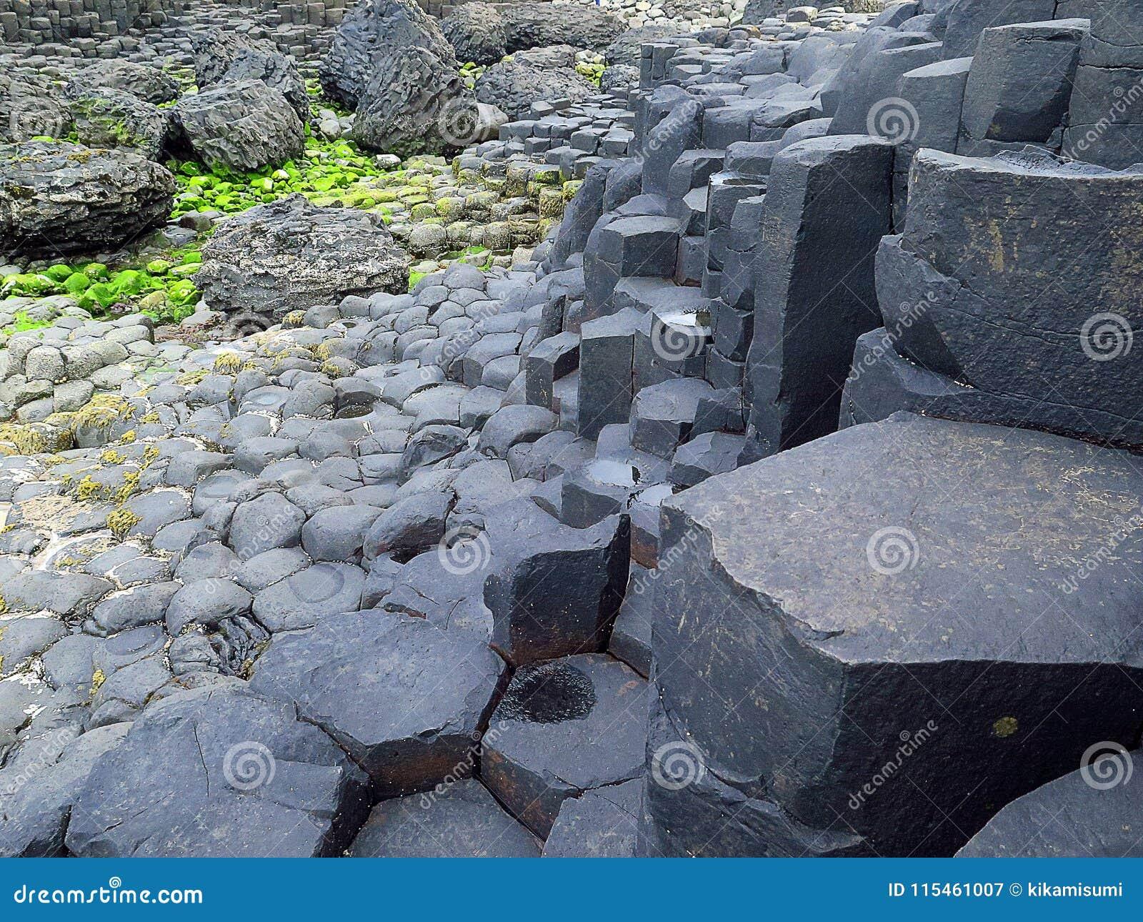Gigantyczne ` s droga na grobli ` s Rockowe formacje