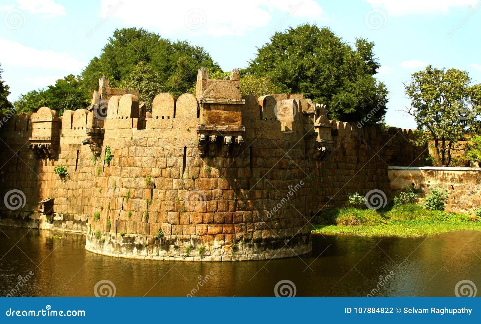 Gigantyczny battlement vellore fort z drzewami i okopem