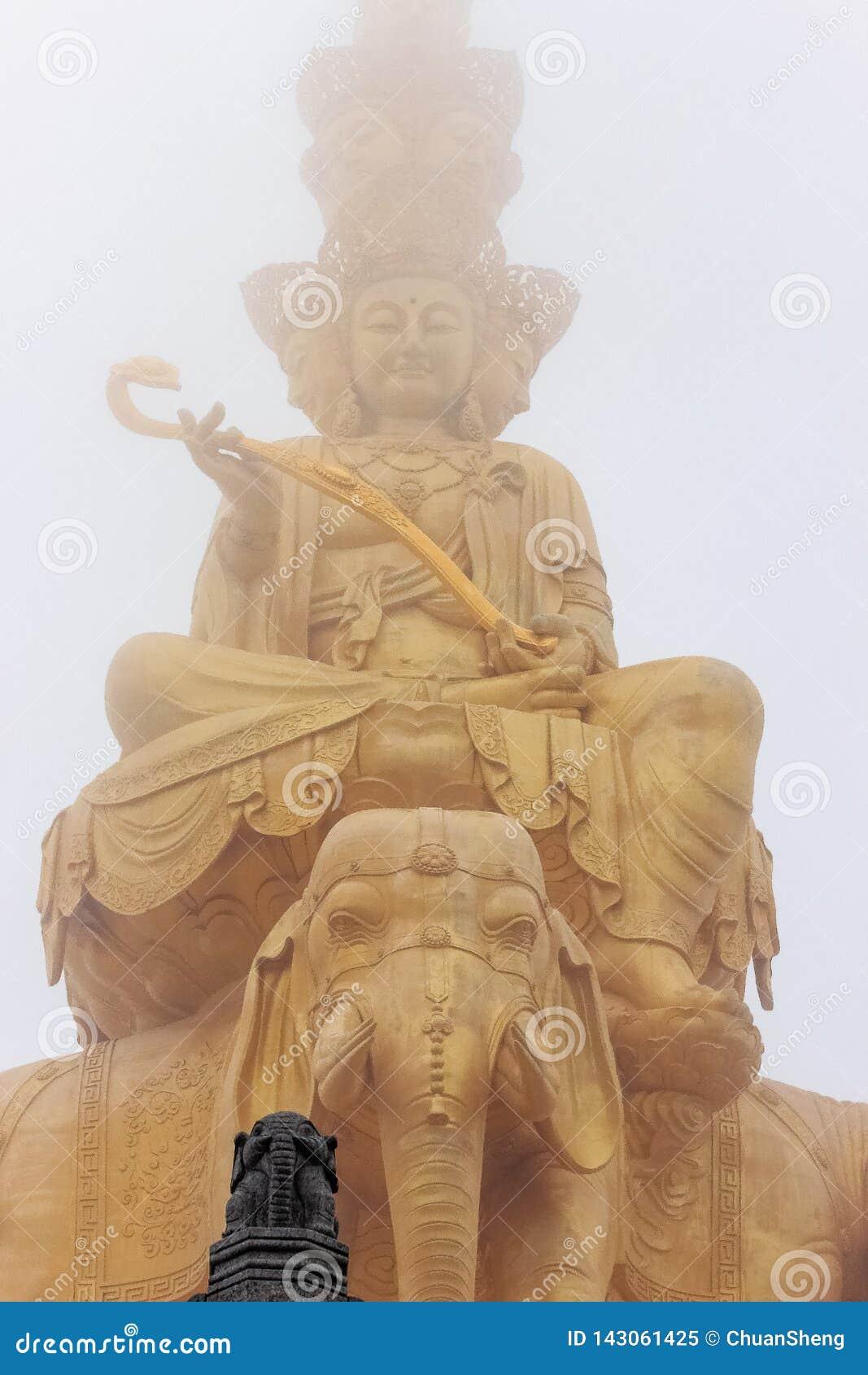 Gigantyczny Buddha w białej mgle jasny posążek ogromny kontrast wirtualny versus real buddyjska statua