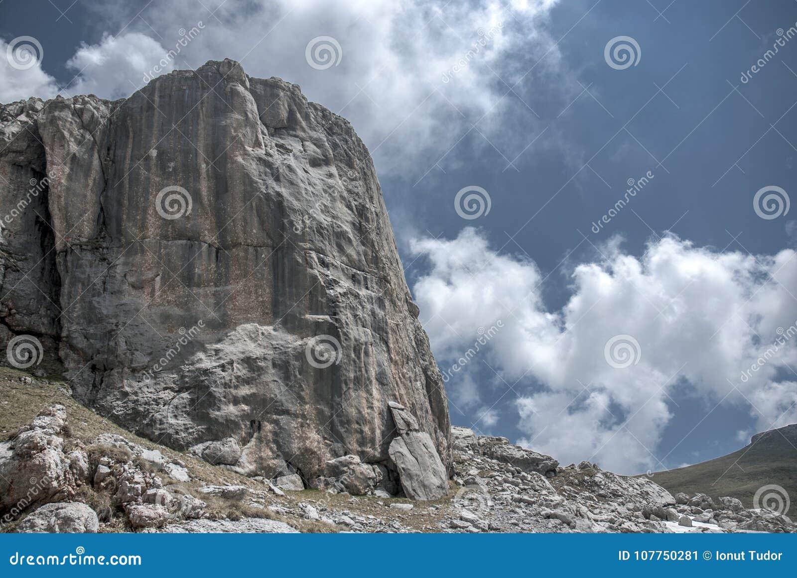 Gigantyczny halny skalisty szczyt wśród chmur