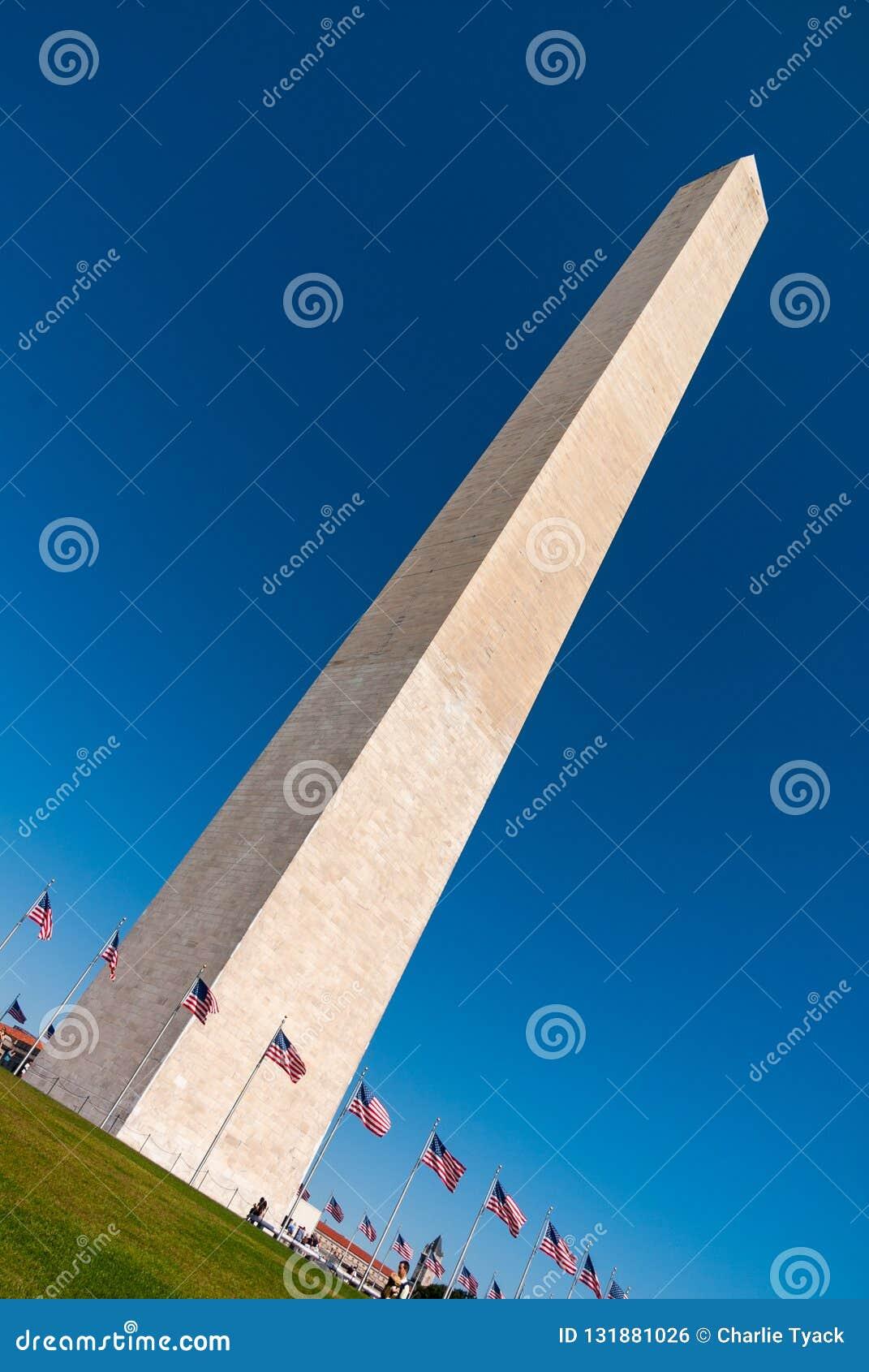 Gigantyczny obelisk w washington dc, usa, z jasnym lazurowym niebem w tle