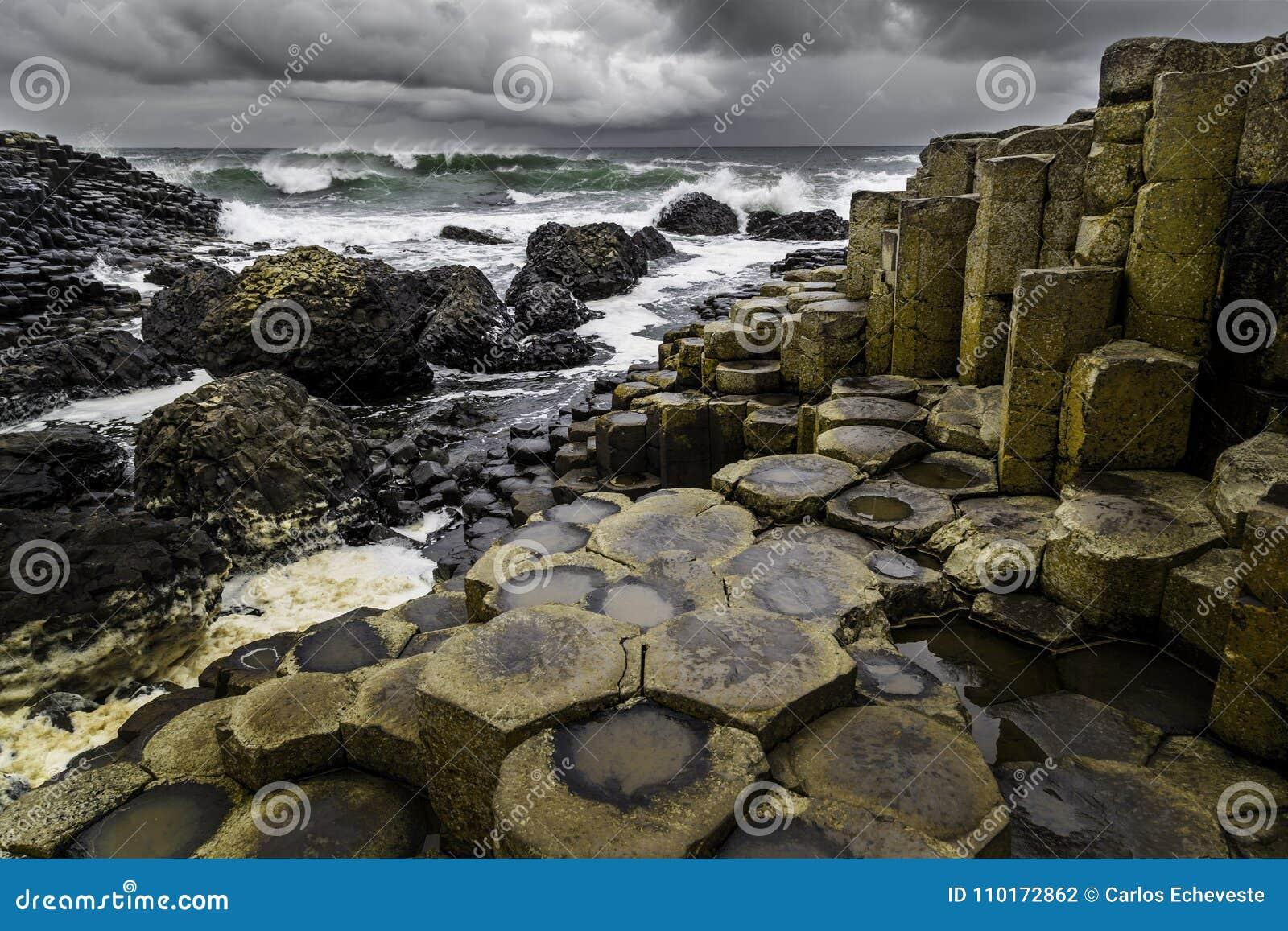 Gigantyczny ` s droga na grobli w Irlandia Pólnocna