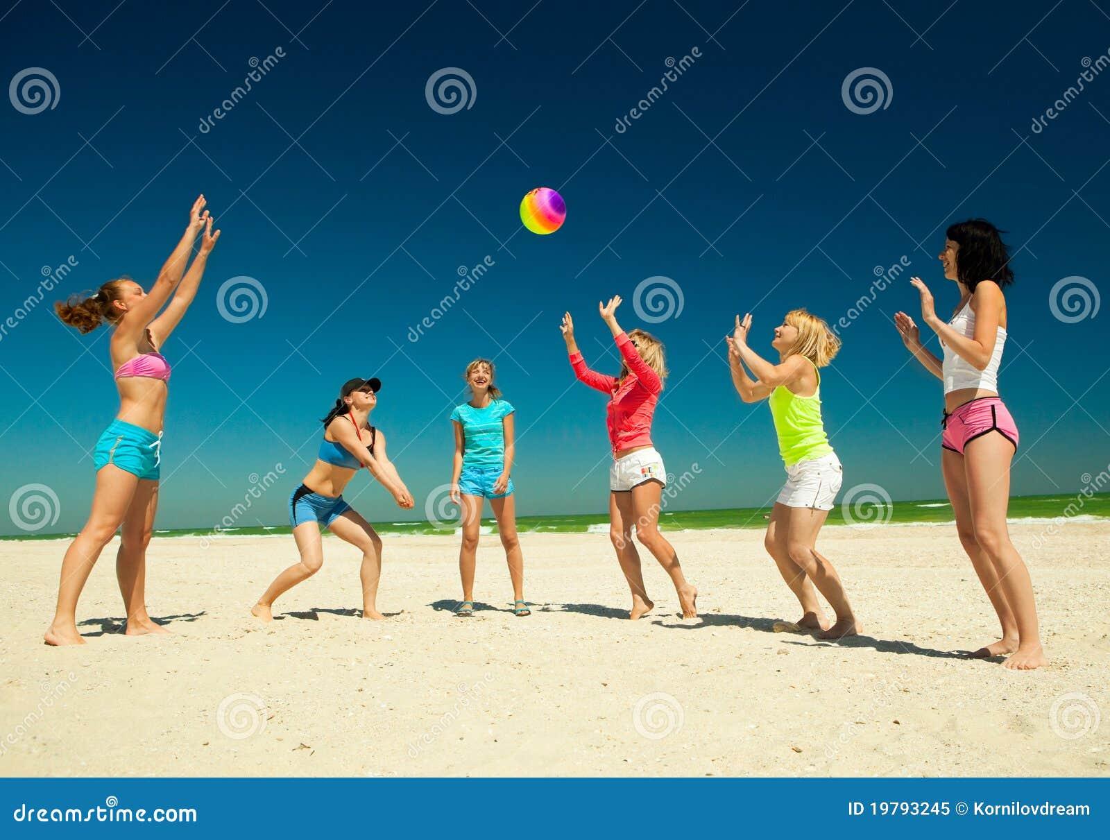 Giirls som leker volleyboll