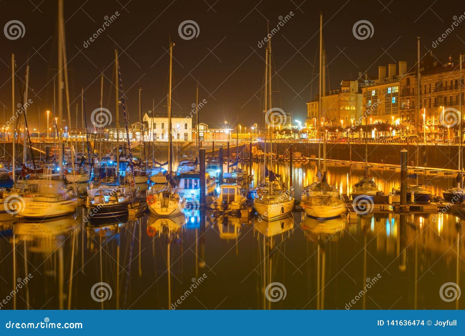 Gijon-Jachthafen mit Yachten, Spanien