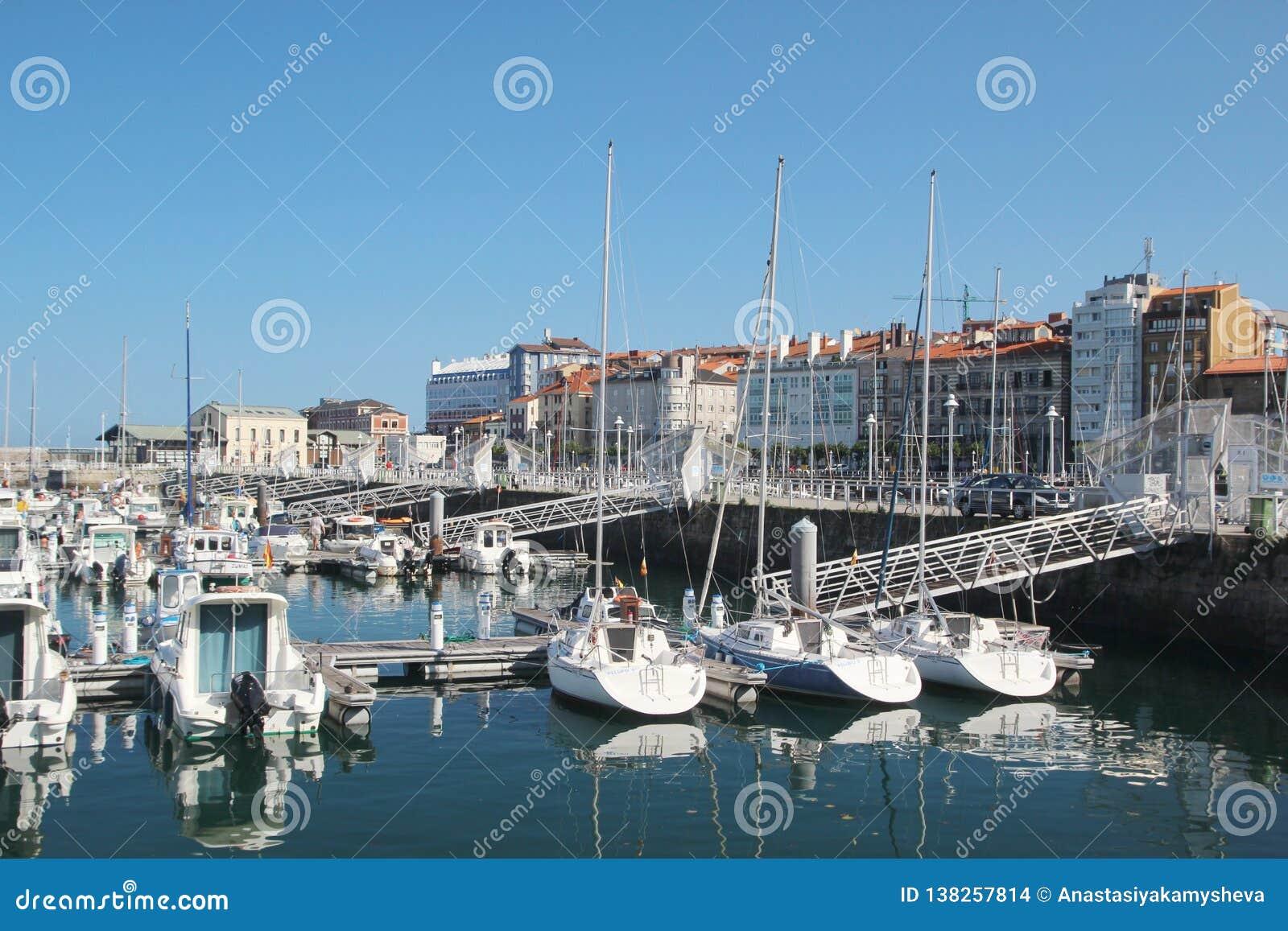Gijon-Jachthafen und Yachten, Spanien