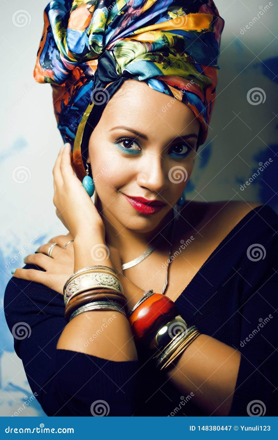 Gillar den ljusa afrikanska kvinnan f?r sk?nhet med id?rikt smink, sjal p? huvudet cubian le f?r closeup