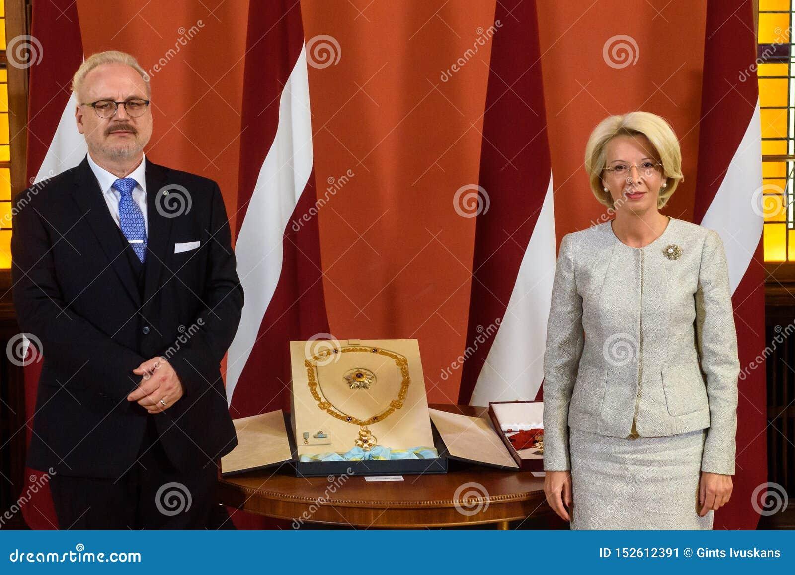 Gils Levits, eleito recentemente presidente do orador de Letónia e de Inara Murniece R do parlamento letão