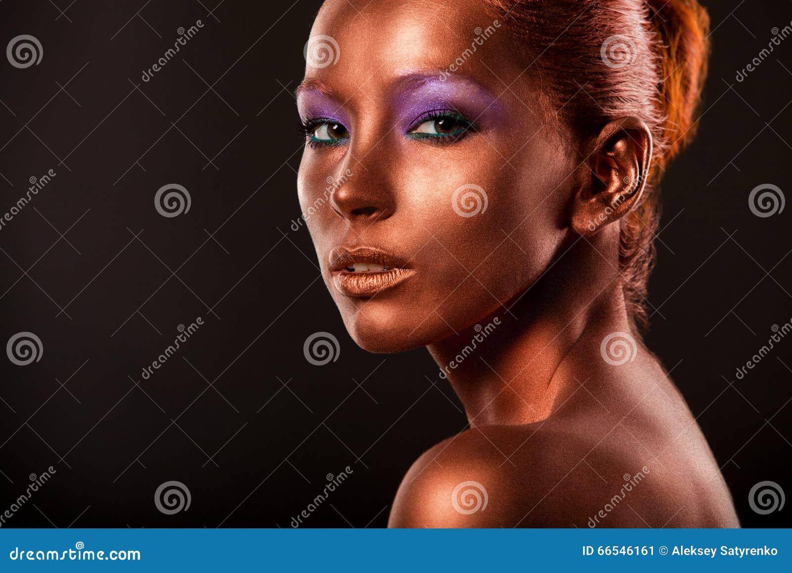Gilt Het Gezichtsclose-up van de gouden Vrouw Futuristische Vergulde Samenstelling Geschilderd Huidbrons