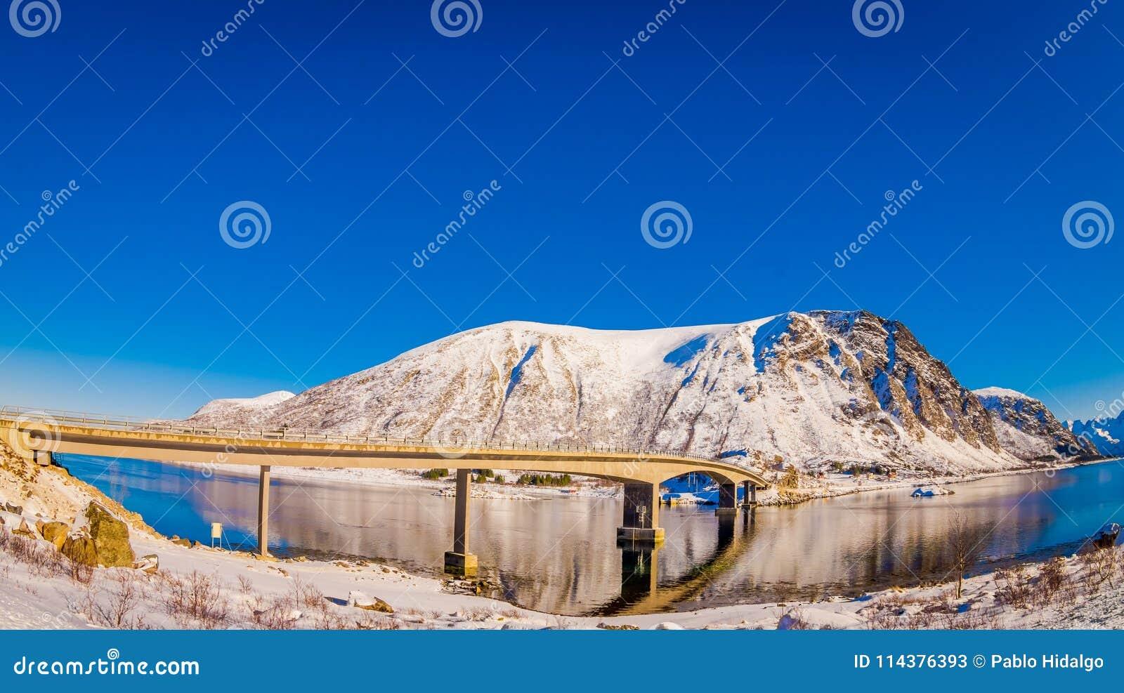 Gimsoystraumen桥梁美好的室外看法是横渡在海岛之间的海峡的一条悬臂式路