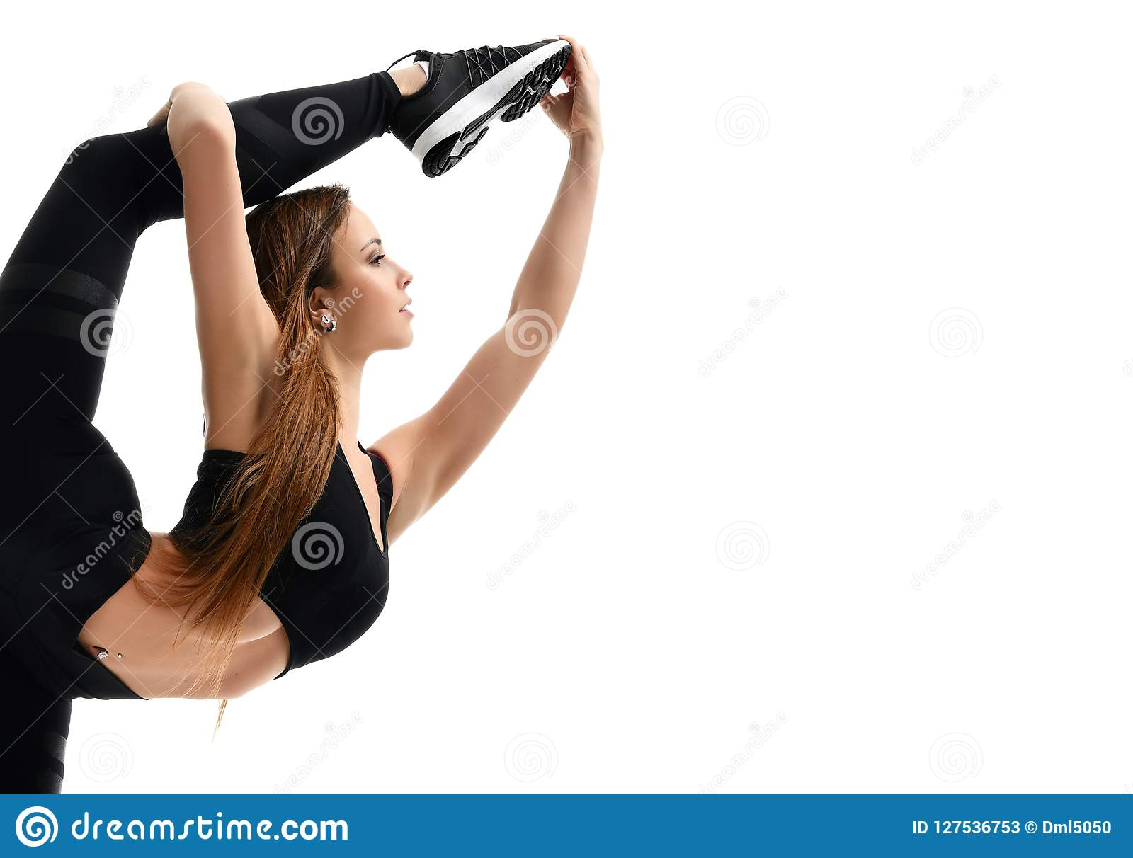 Ginástica de mulher nova do esporte que faz esticando o exercício do exercício da aptidão isolado em um branco