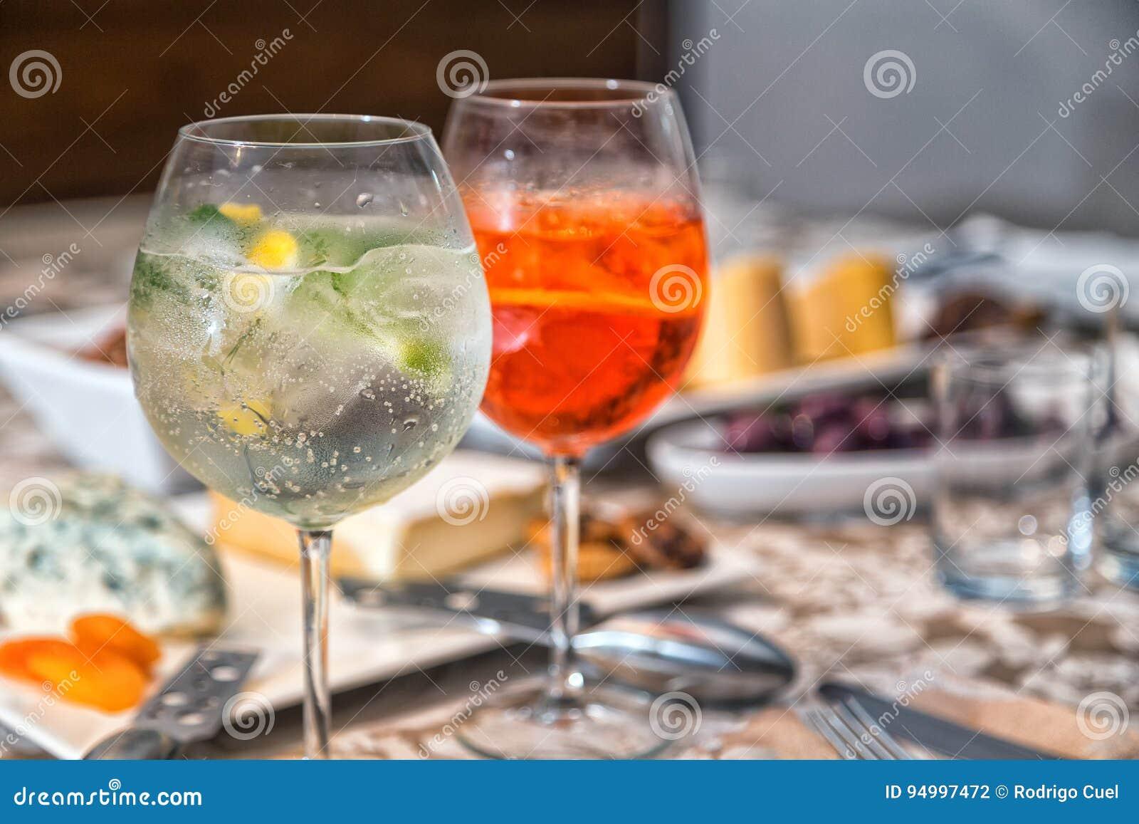 Gin Tonic Und Aperol Spritz Stockfoto - Bild von grün, getränke ...