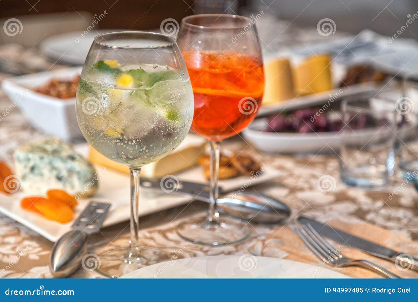 Gin Tonic Und Aperol Spritz Stockbild - Bild von italienisch ...