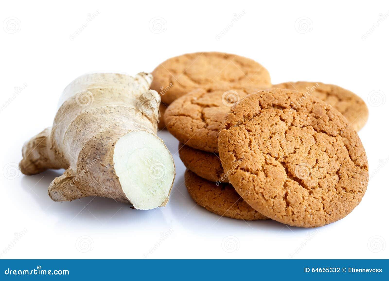 Gingembre frais de racine avec des biscuits de gingembre