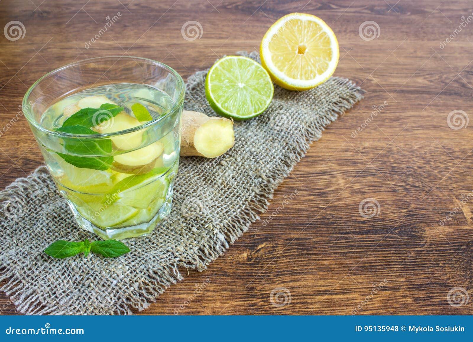 Ginger Ale Soda organique dans un verre avec le citron et la chaux
