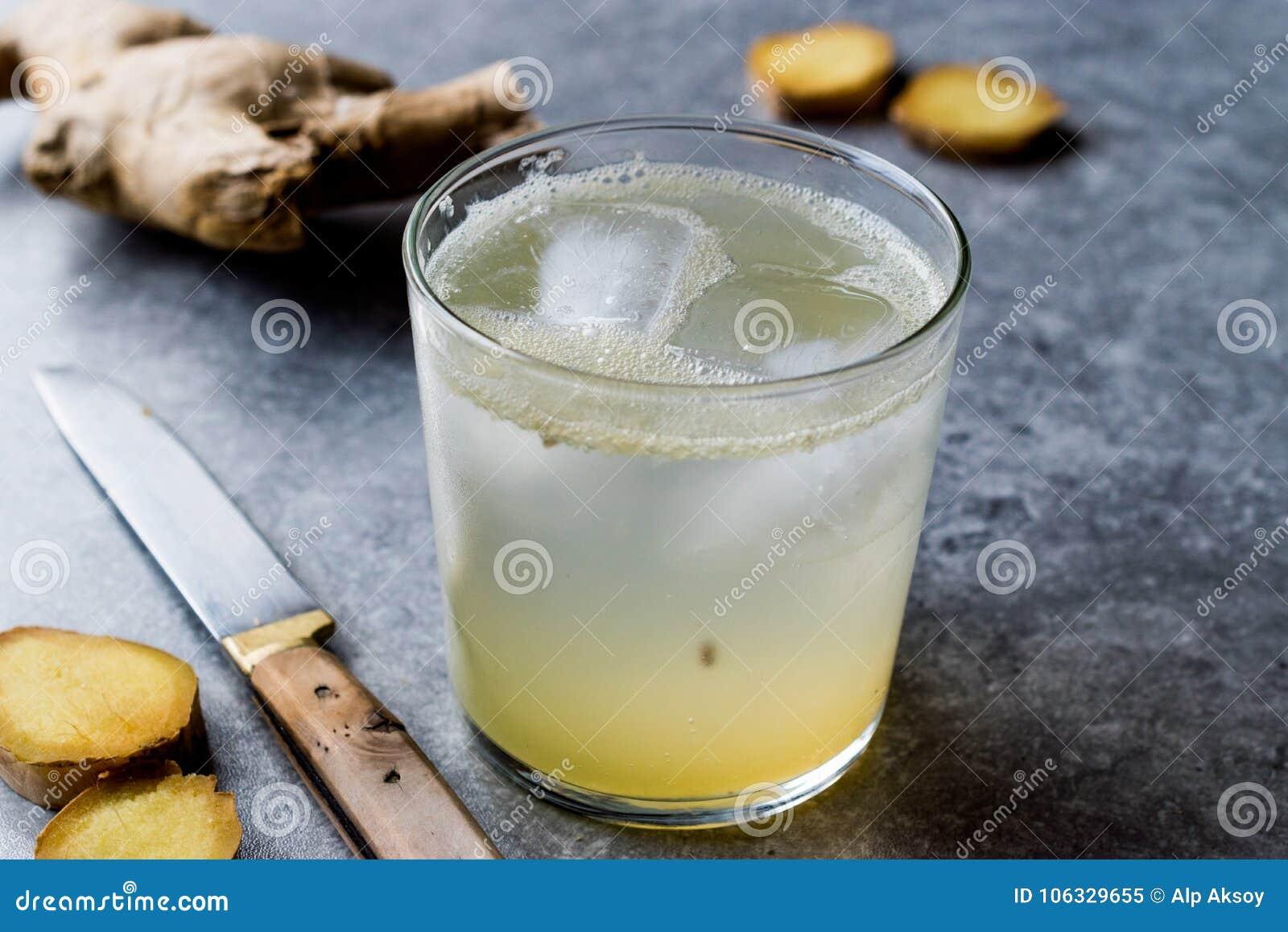 Ginger Ale Soda Tonic organique dans de verre préparent pour boire