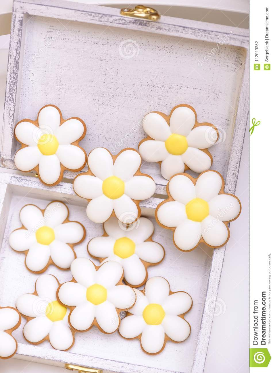 Gingerbread cookies in the shape of chamomile