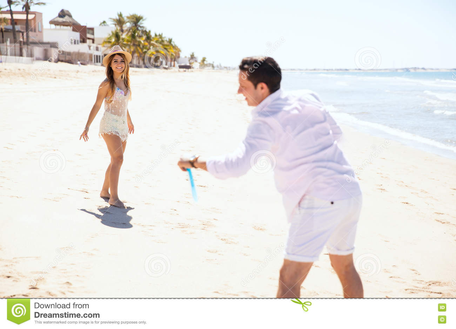 Giocando con un disco di volo alla spiaggia