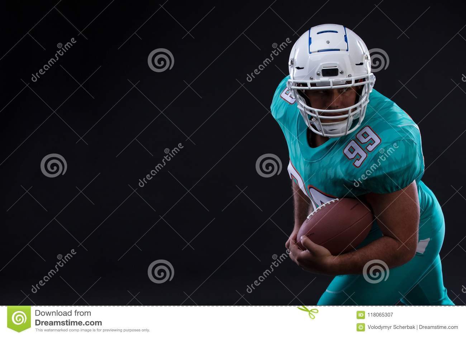 Giocatore aggressivo dello sportivo di football americano su funzionamento nero del fondo nell azione Carta da parati di sport