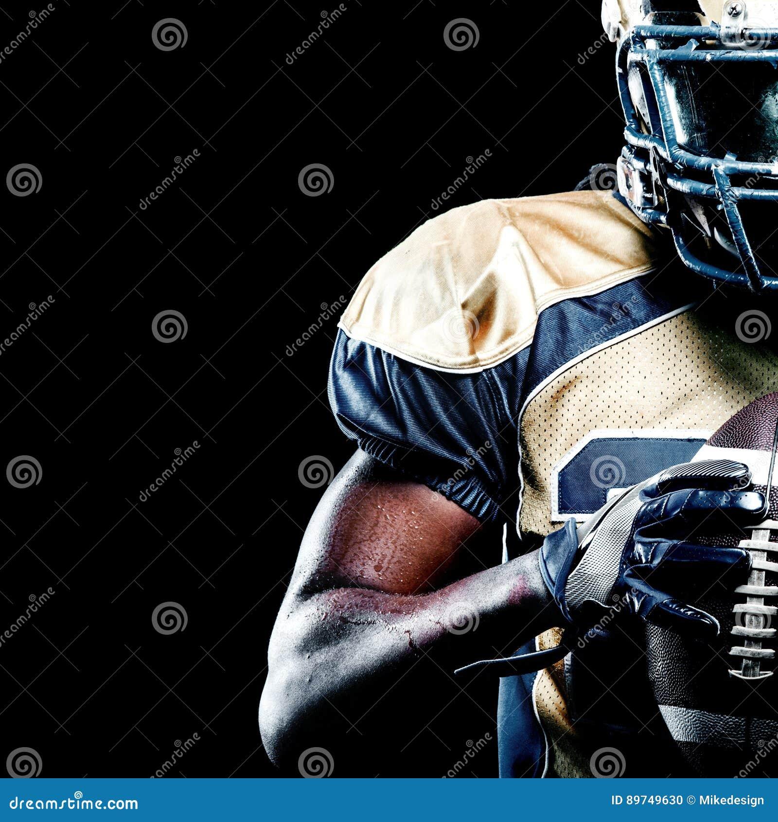 Giocatore dello sportivo di football americano isolato su fondo nero