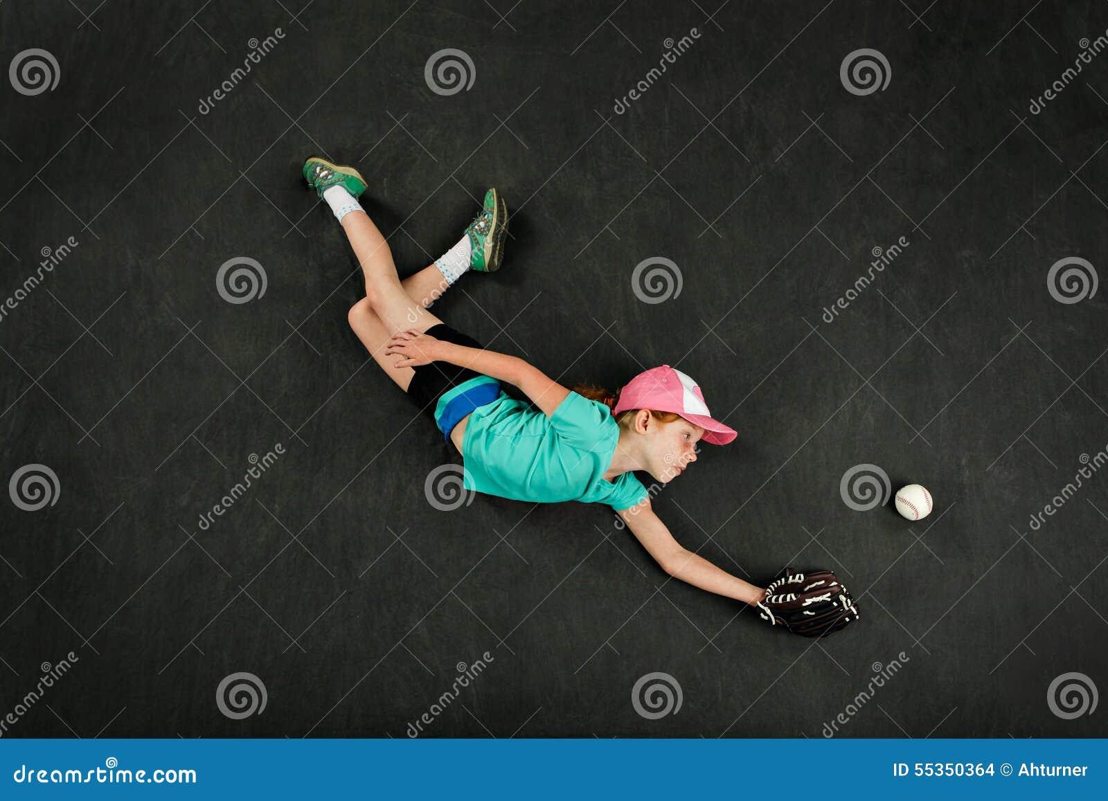Giocatore di baseball della ragazza che fa un fermo di immersione subacquea