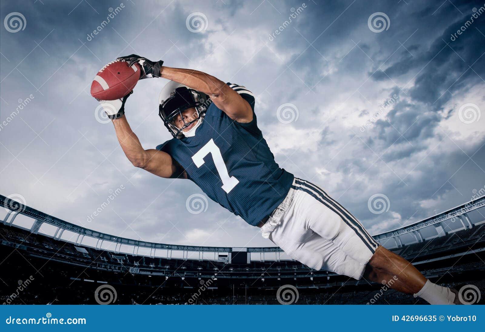 Giocatore di football americano che prende un passaggio di atterraggio