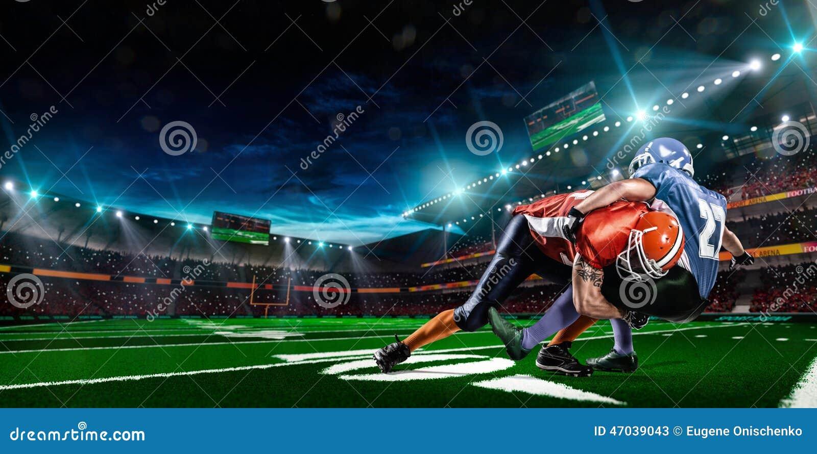 Giocatore di football americano nell azione sullo stadio