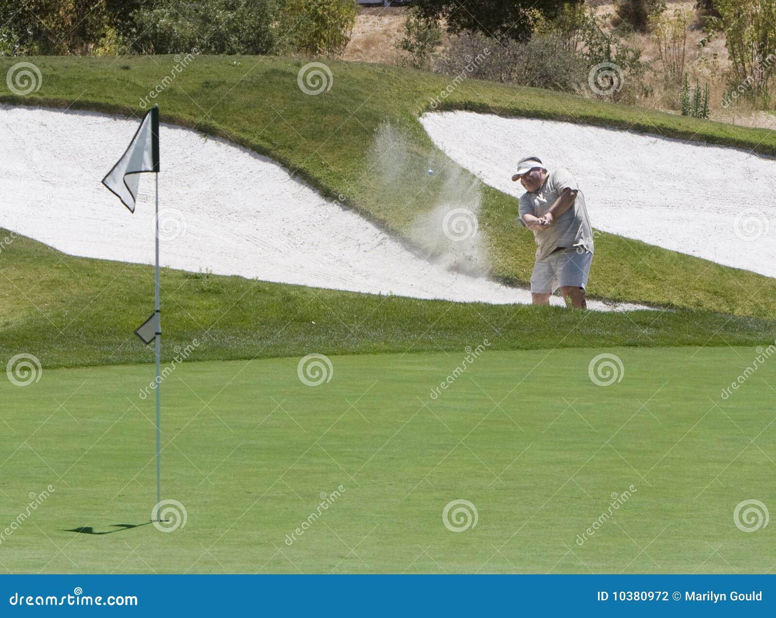 Giocatore di golf che colpisce dal carbonile