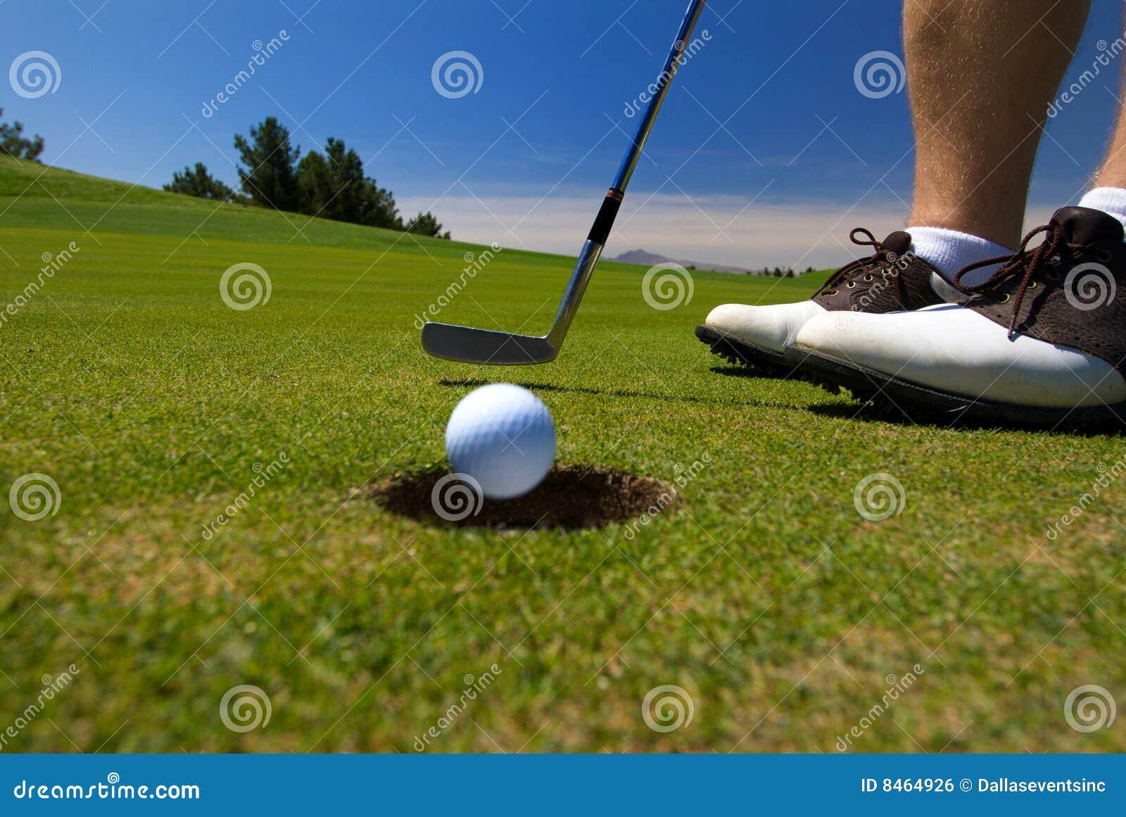 Giocatore di golf vicino fuori dall un a Tire in su