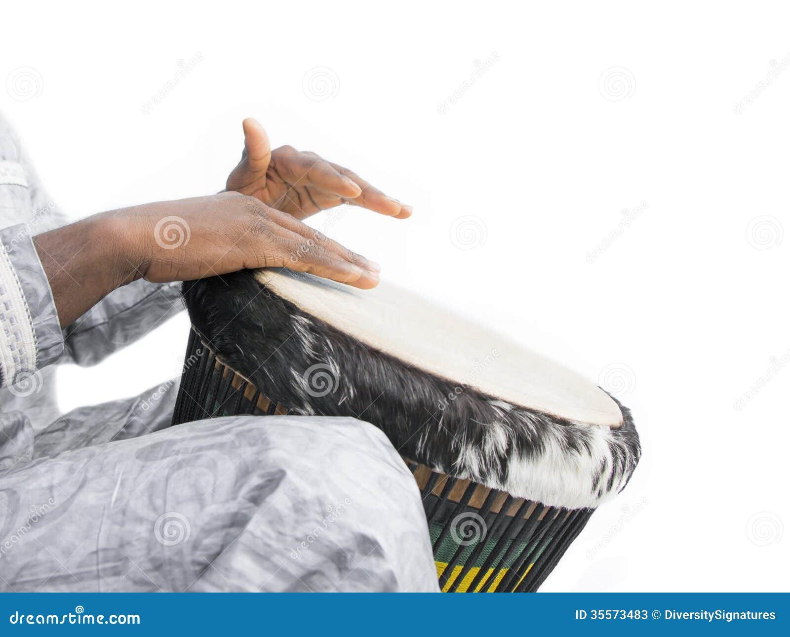 Giocatore reale di Djembe, indumento tradizionale, Senegal