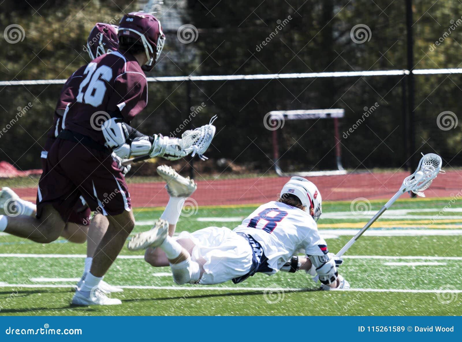 Giocatori che cadono durante il gioco di lacrosse