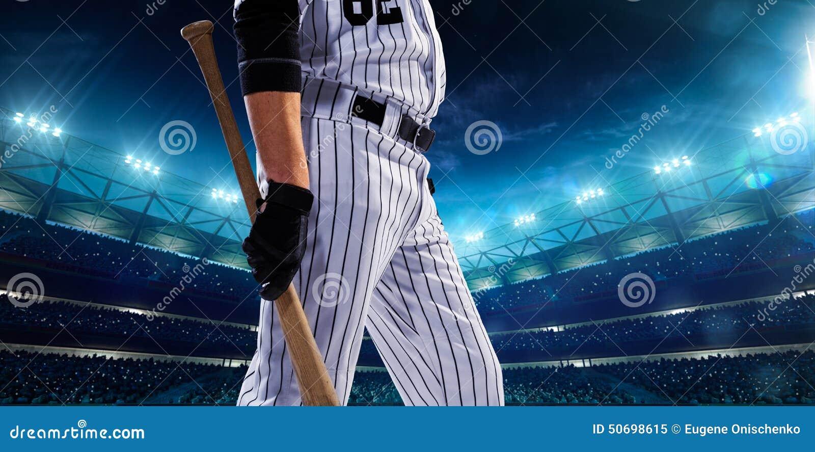 Giocatori di baseball professionisti sulla grande arena di notte