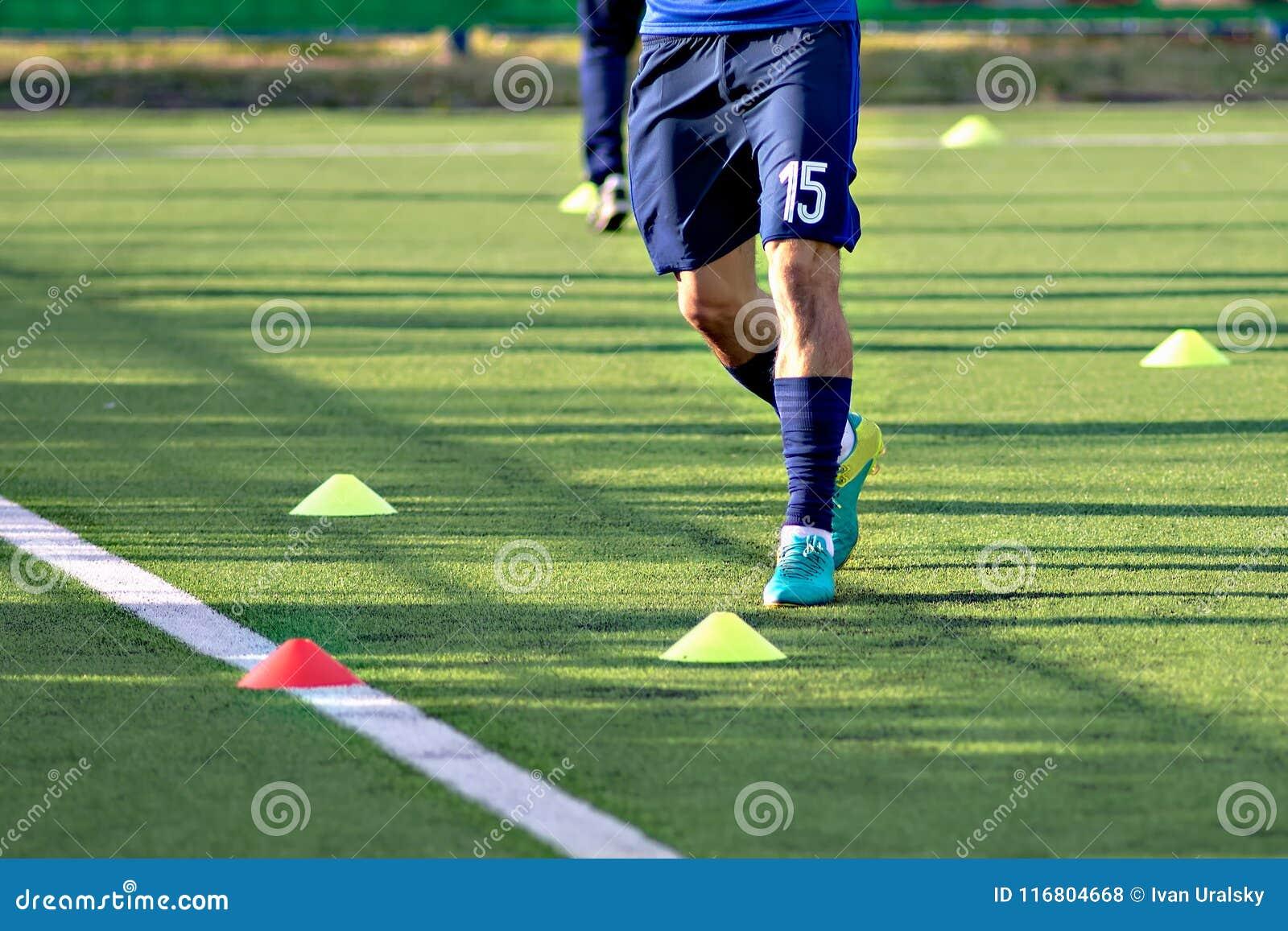Giocatori di football americano di calcio durante l addestramento del gruppo prima della partita Esercizi per il gruppo della gio