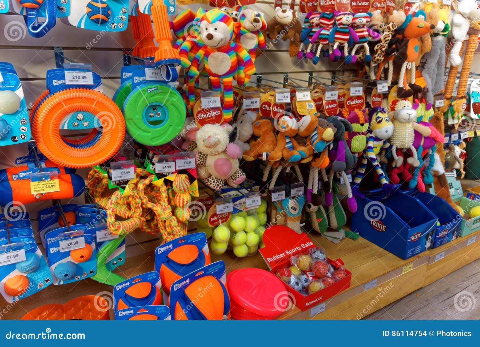 Giocattoli del cane nell esposizione del negozio di animali