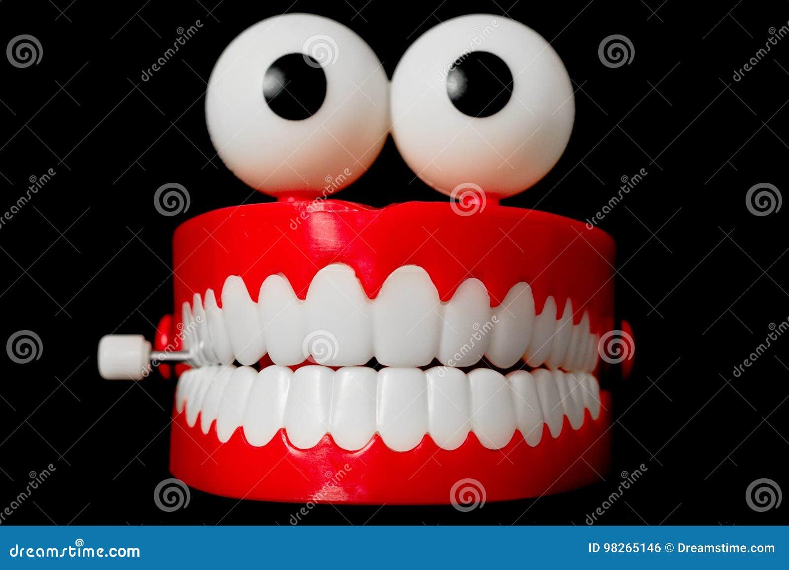 Giocattolo dei denti di schiamazzo dalla parte anteriore