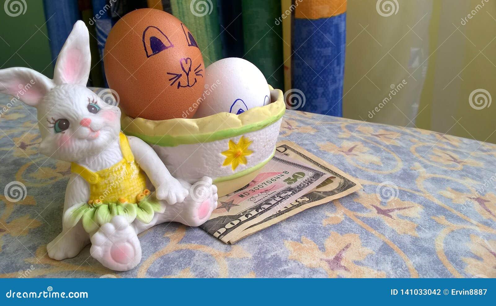 Giocattolo del coniglietto con le uova di Pasqua ed i dollari di carta